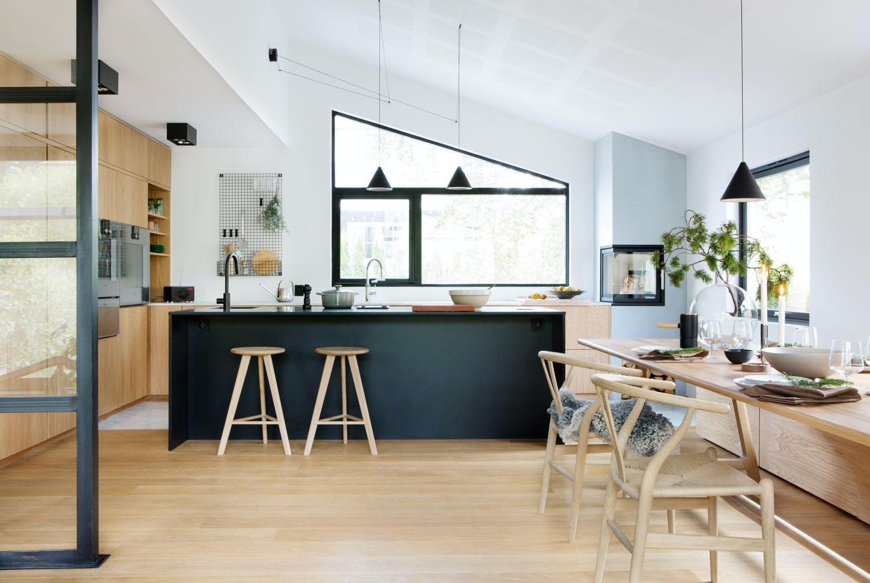 kjøkkenøy, spisebord og sittebenk
