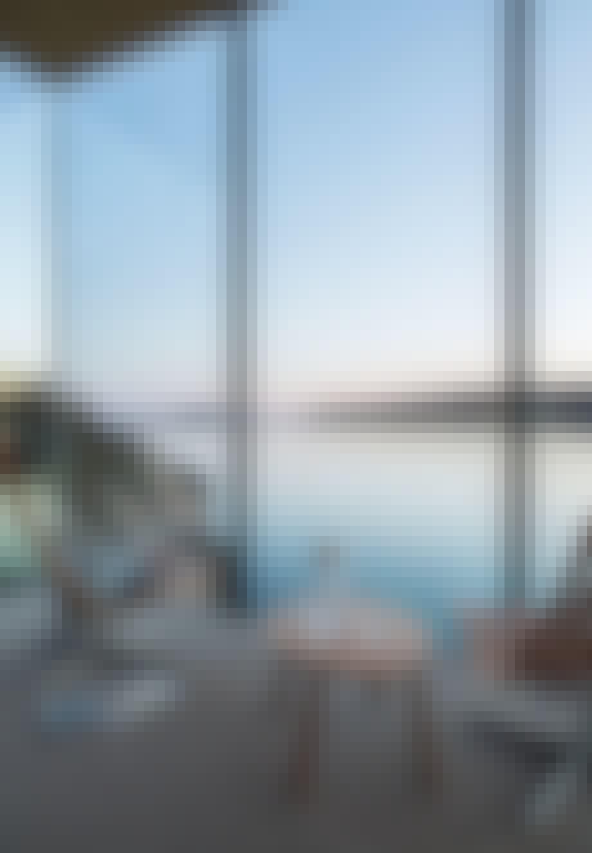 Utsikt fra Manshausen hotell i Nord-norge. Skandia-stoler og Muuto-karaffel