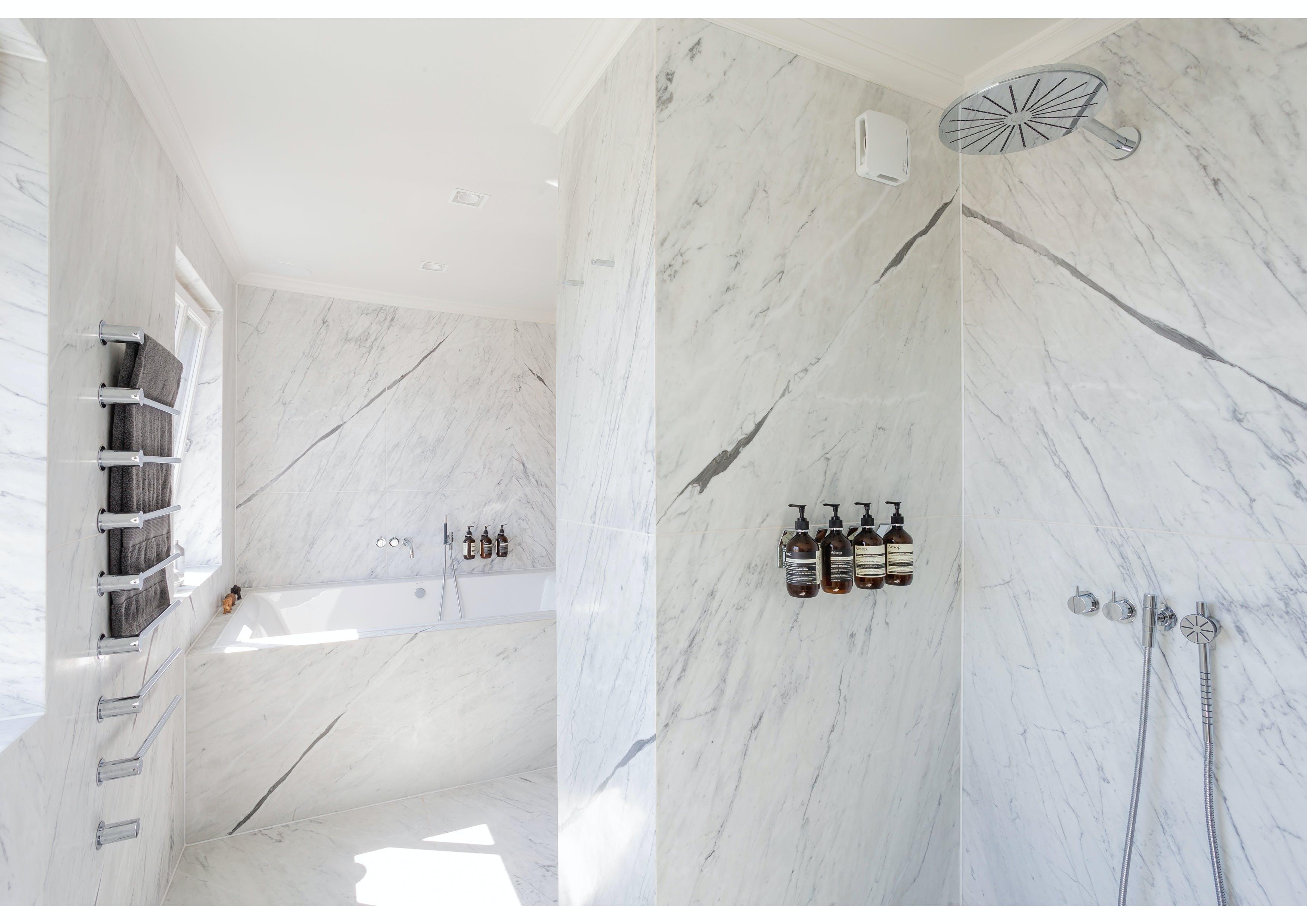 Hvitt marmorbad: