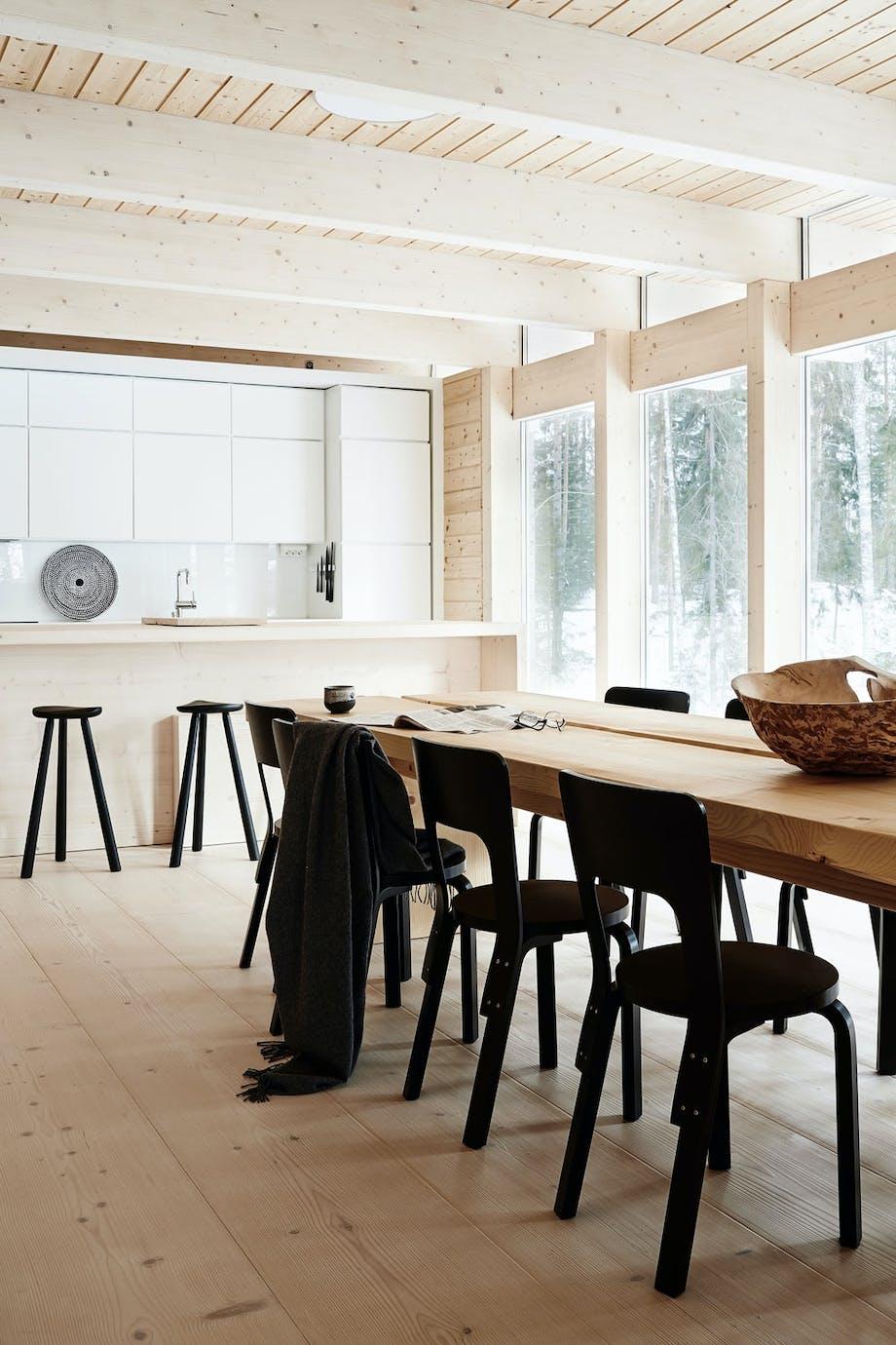 Lyst treverk og svarte møbler.