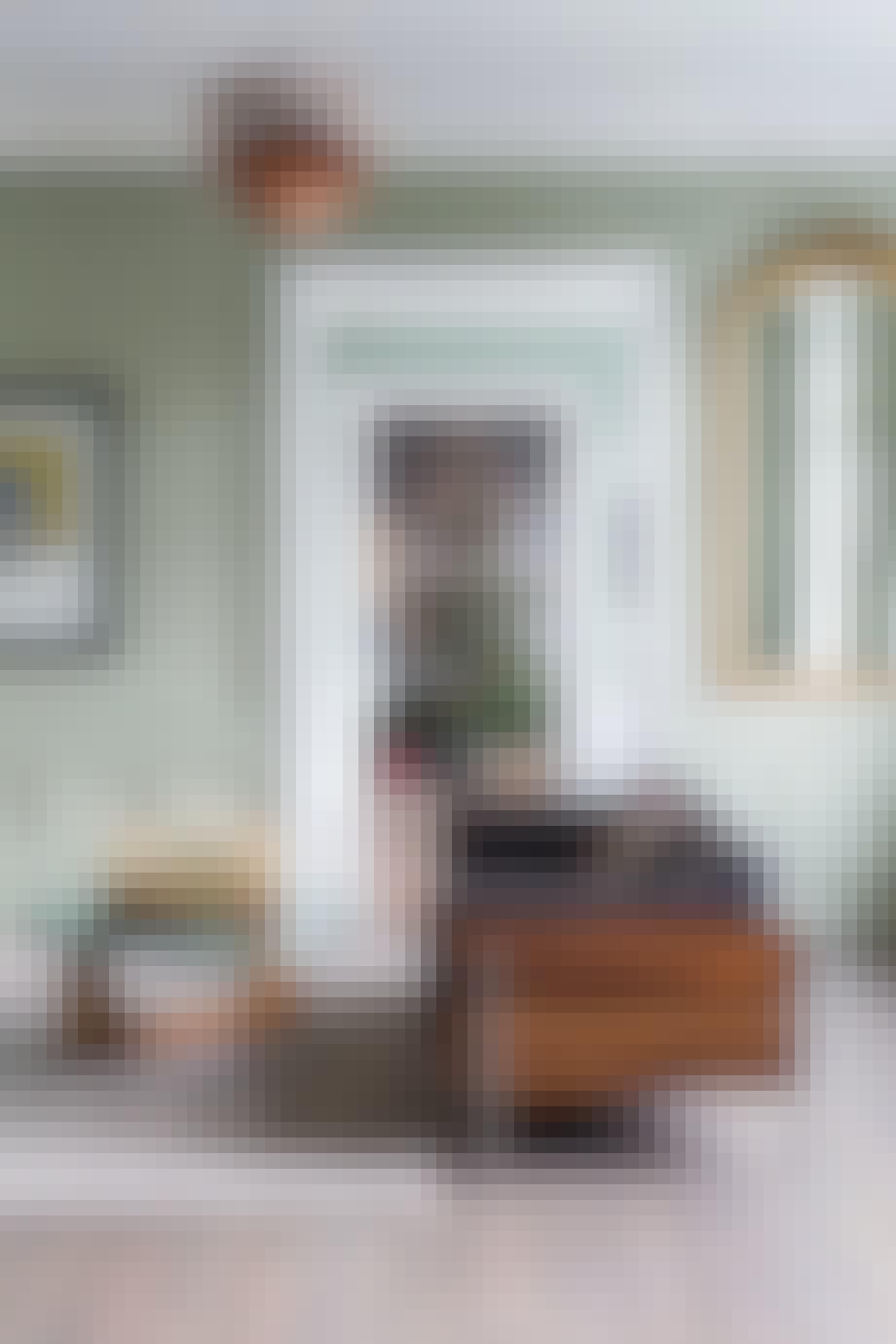 Grønne vegger og art deco-inspirerte møbler.