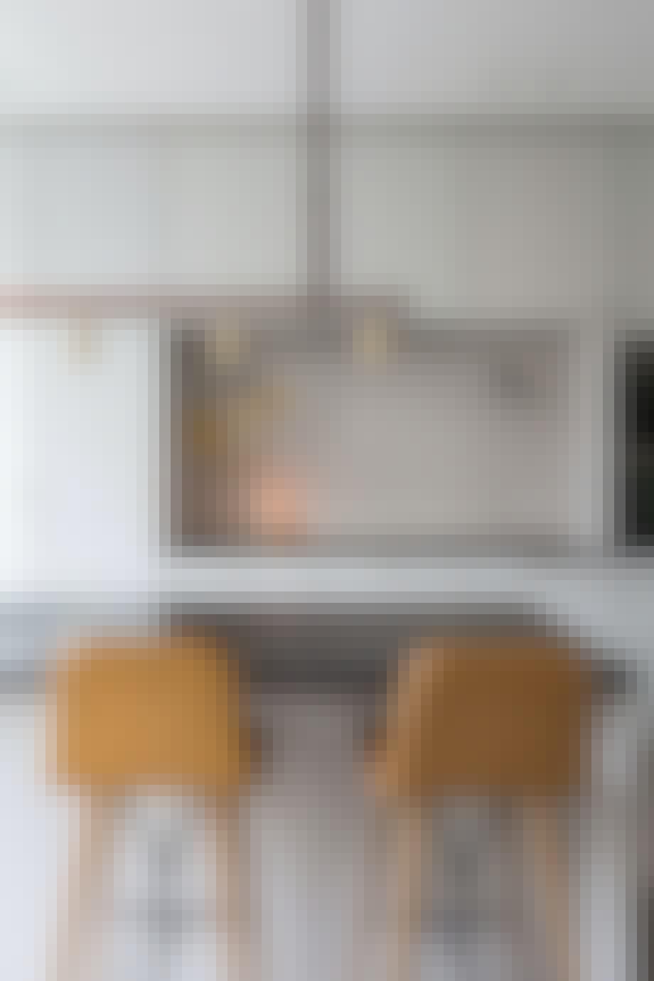 Gammeldags kjøkken med høye stoler og gullamper.