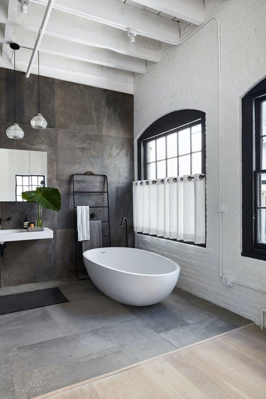 Moderne bad med rundt badekar