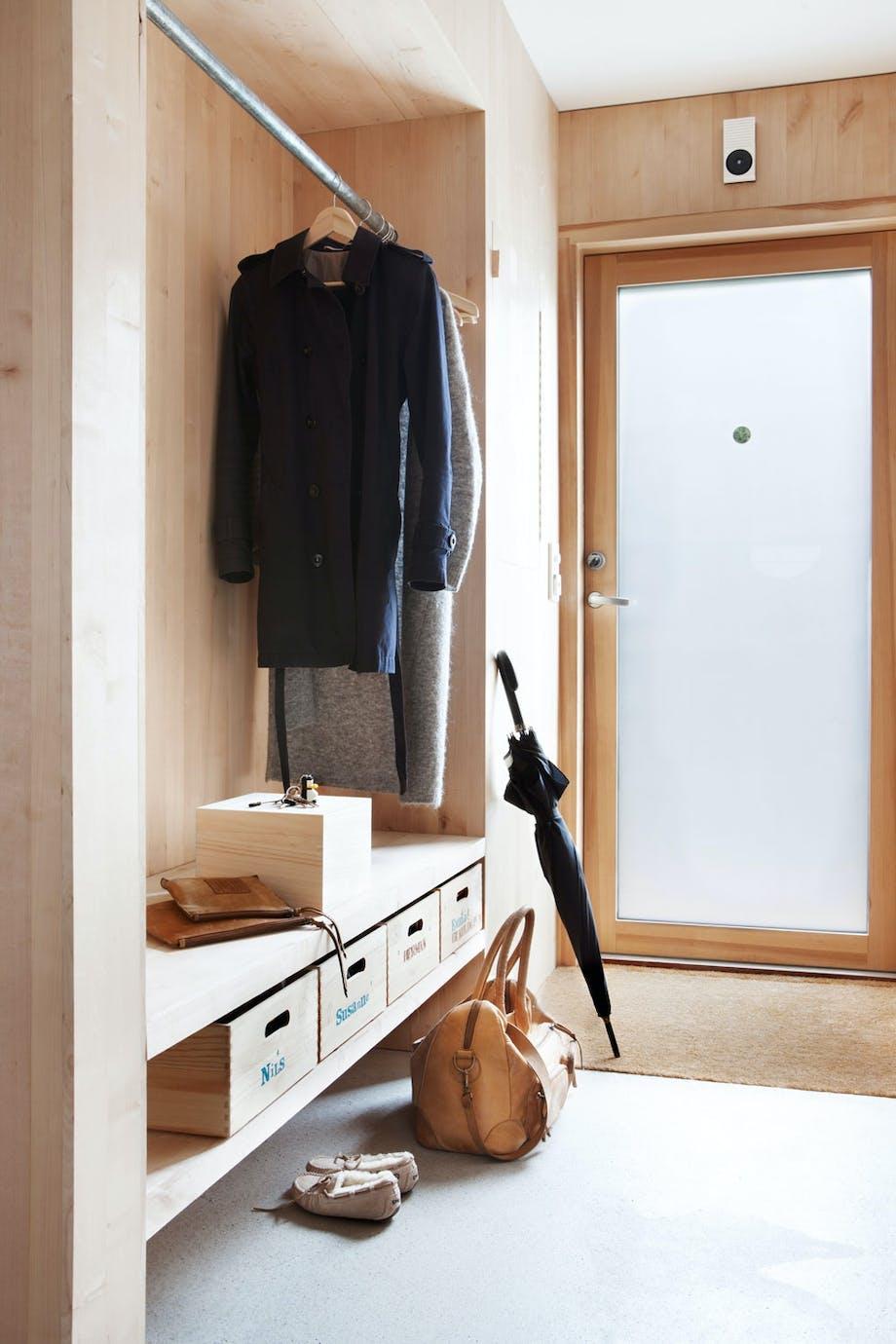 Plassbygd garderobe i entreen