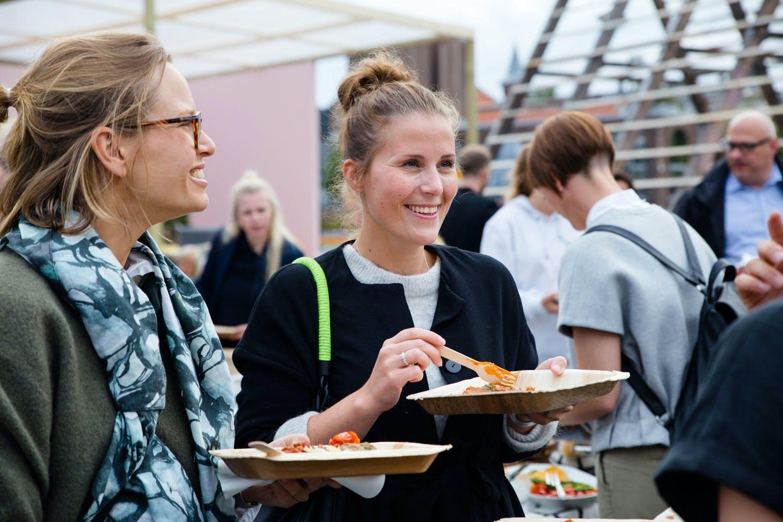 Kathrine Høgh og Ane Domaas i designduoen Domaas/Høgh koste seg utendørs med mat servert av Ikea etter utdelingen.