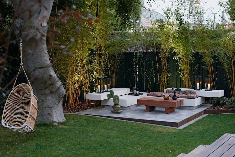 Minimalistisk loungesone i hagen