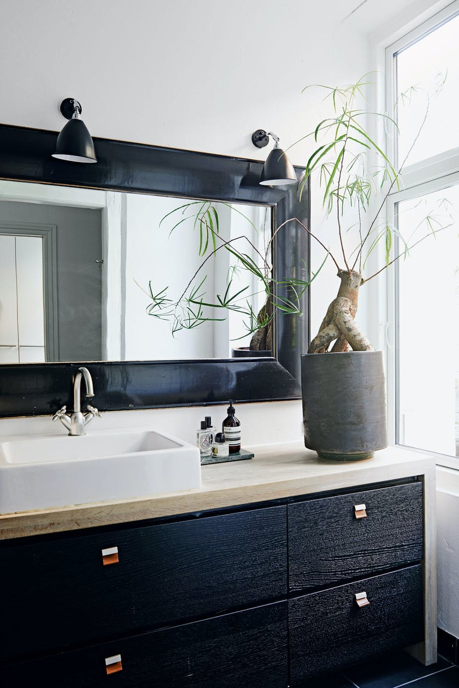 Sanselig med svarte kontraster på badet