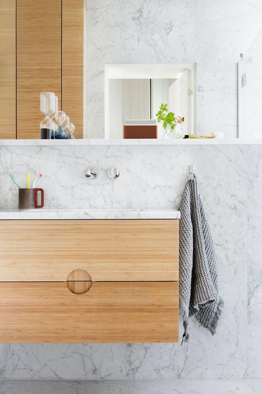 Fin material-gjenklang på det lille badet