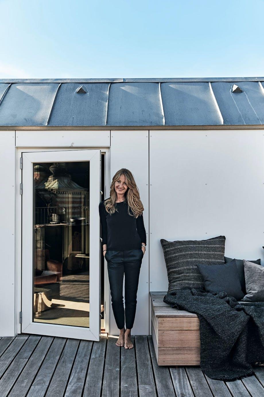 Michala Jessens ute på takterrassen sin