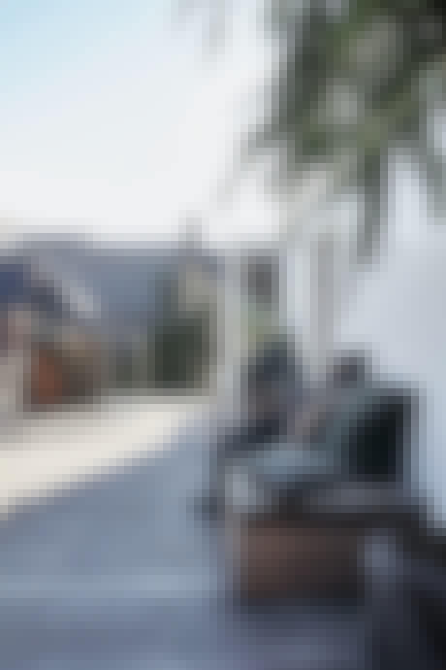 Praktiske benker langs husveggen