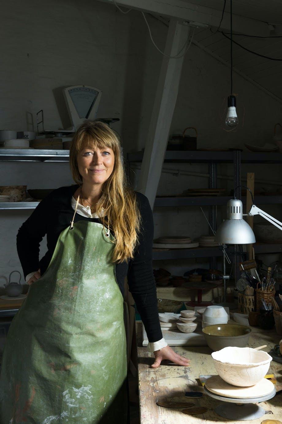 keramiker Ragnhild Wik i keramikkverkstedet sitt