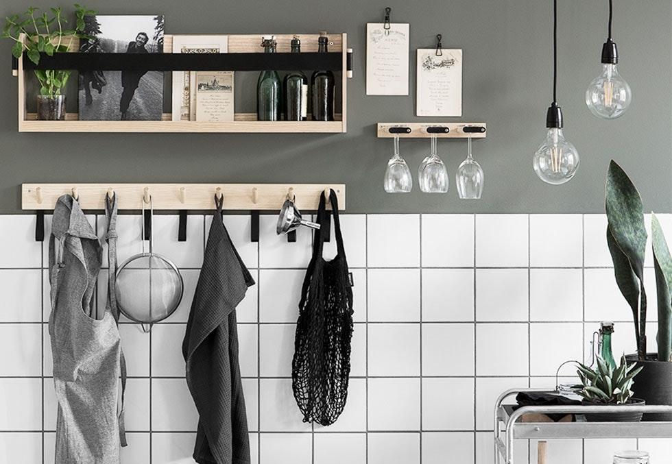 Kjøkkenhylle og knaggrekke i industriell stil