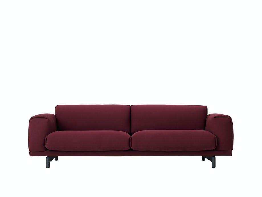 Dyprød og klassisk sofa
