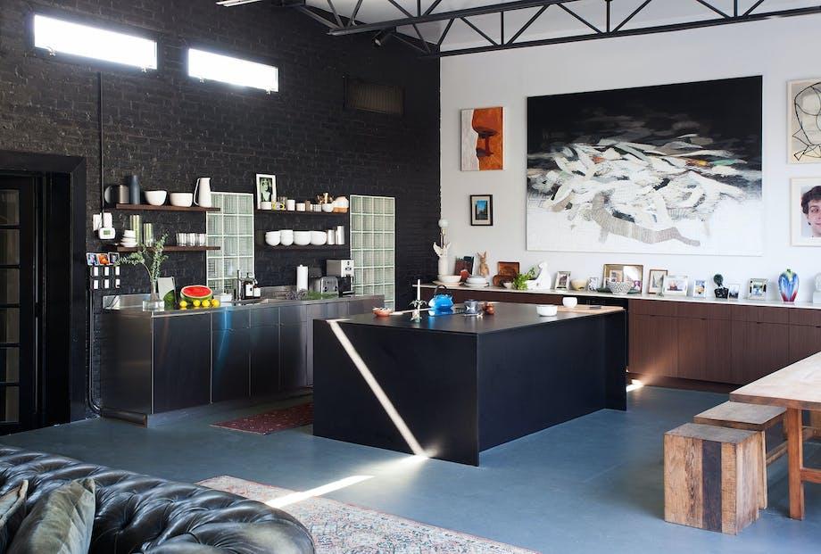 Svart og kunstnerisk kjøkken