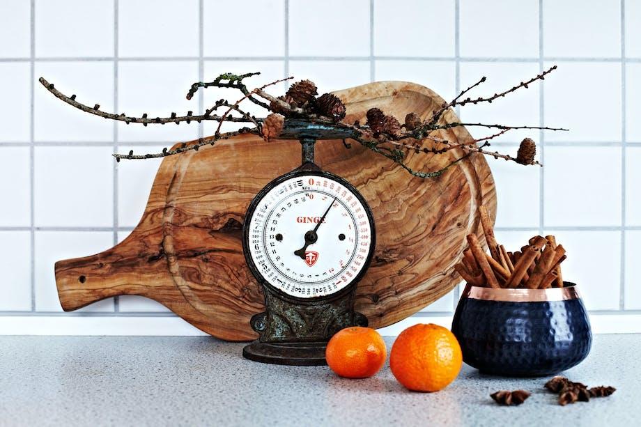 Gammeldags kjøkkenvekt og kanelstenger