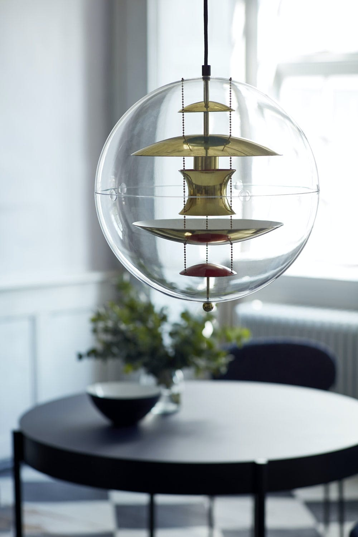 Den klassiske taklampen Globe av Verner Panton i messeing.