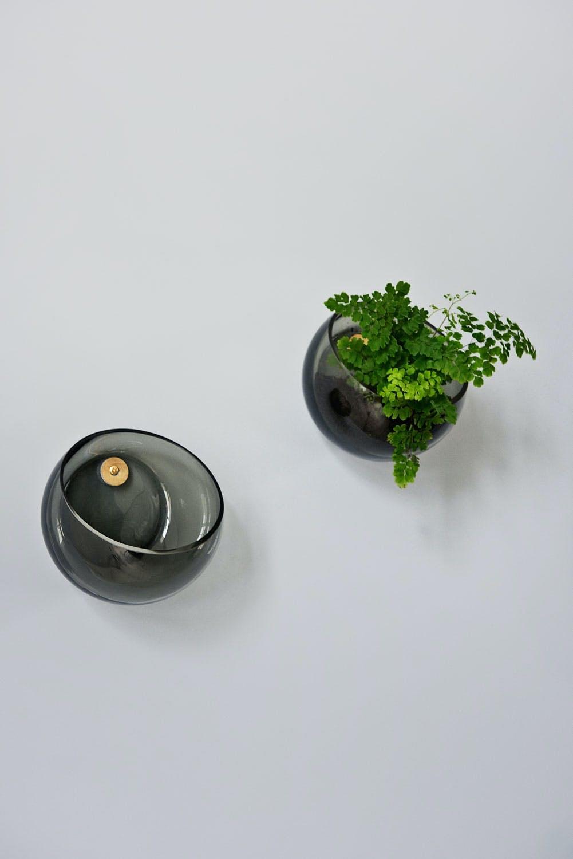 Vegghengte vaser i svart glass fra Bolia