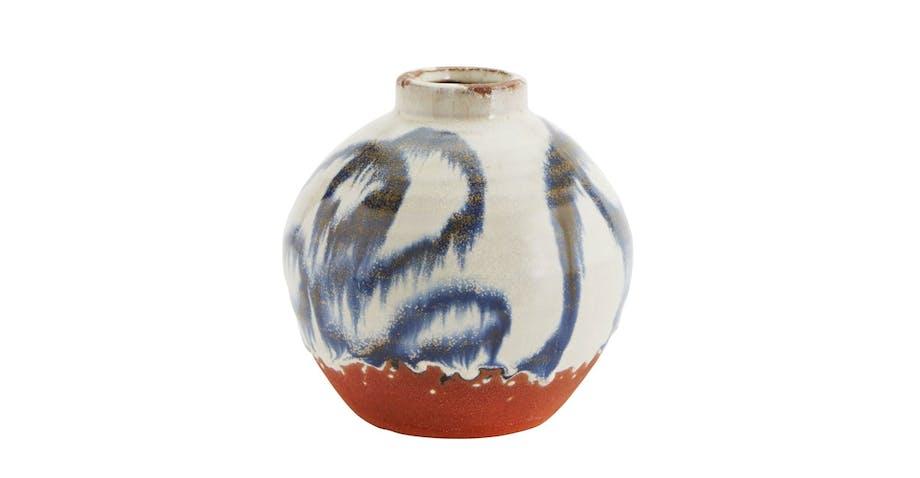 Kermikksvase i blått, rødt og hvitt fra Madam Stolz