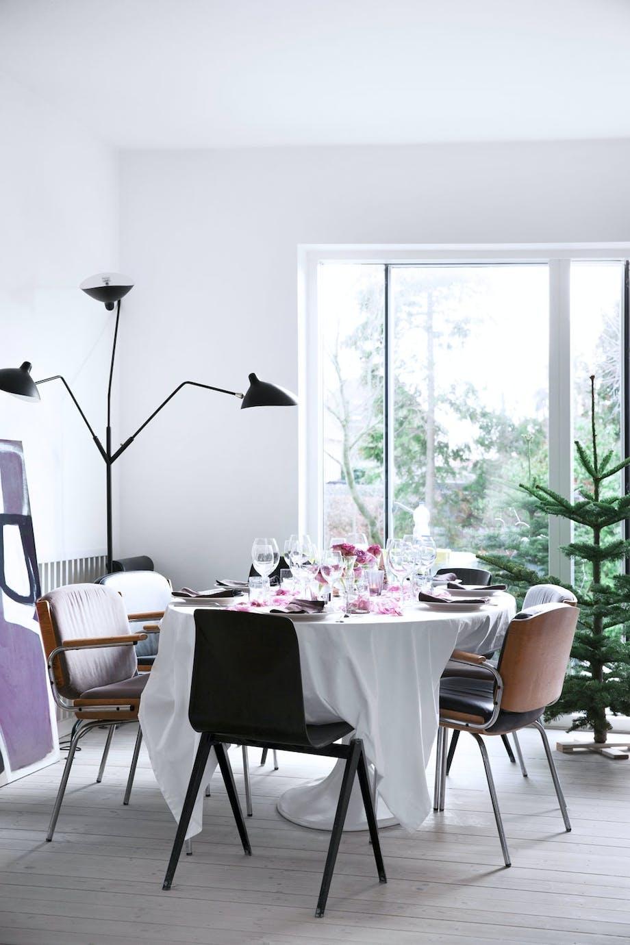 Spisebord fra Eero Saarinen og bart juletre