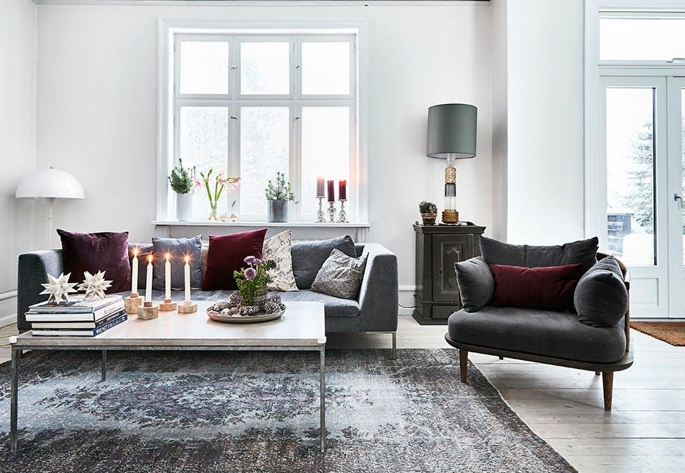 Julepyntet stue med burgunder og naturtoner