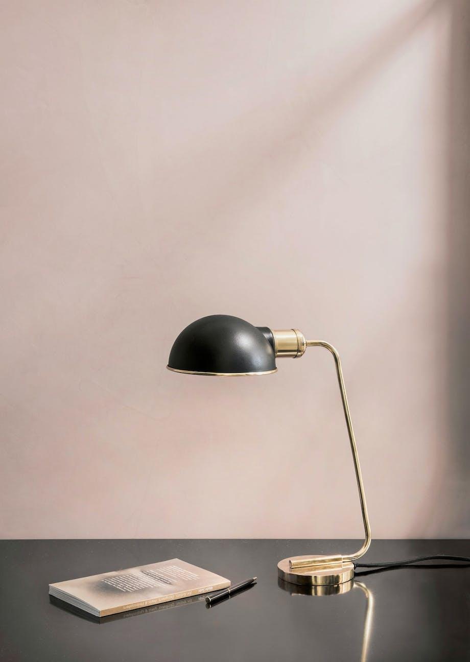 Skrivebordslampen Collister fra Menu