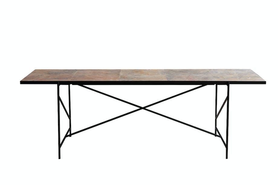 Spisebord med mørk marmorplate fra Handvärk