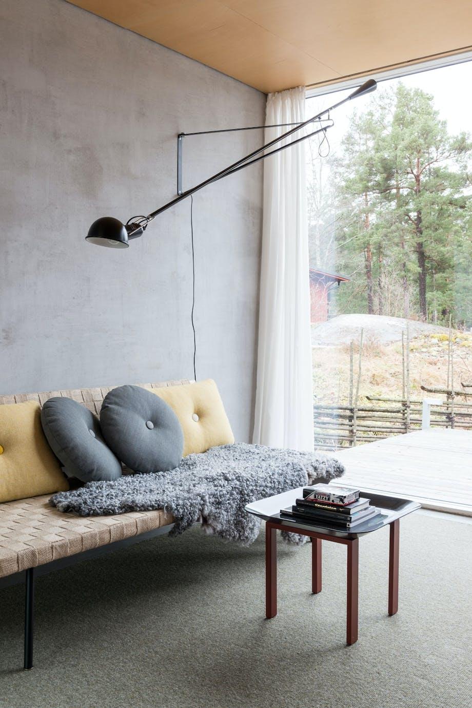 Gjesterom med betongvegg og dagseng