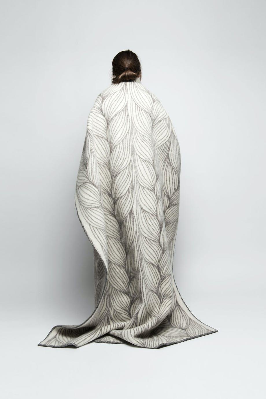 Pleddet Flette designet av Kristine Five Melvær for Røros Tweed.
