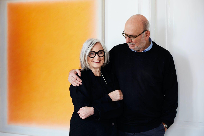 Bent Holstein og kona Mekki foran kunstverk av Freddie A. Lerche.