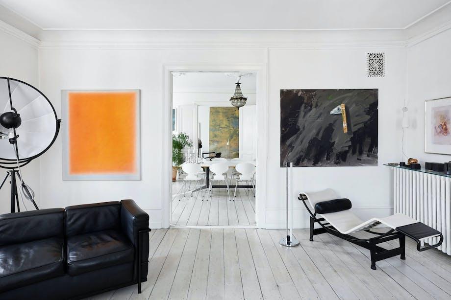 Lekker stue med interiør fra Le Corbusier, Arne Jacobsen, Eames og Mariano Fortunys fotolampe.