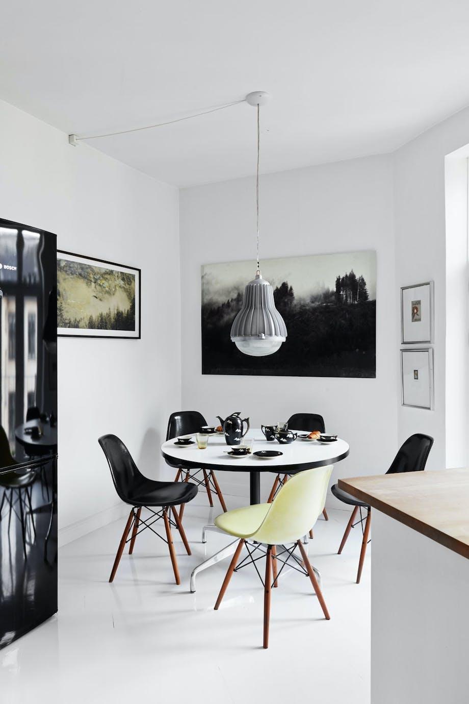 Vintage Eames-stoler på kjøkkenet