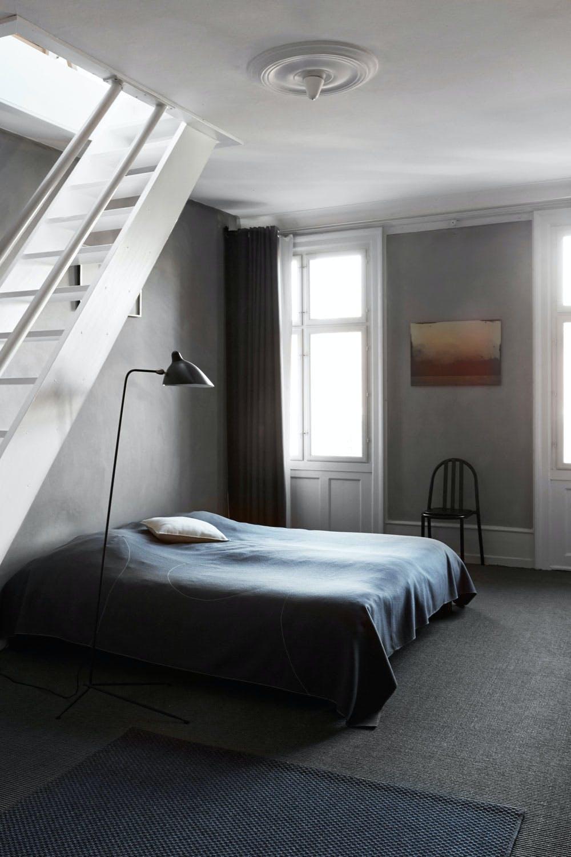 Soverom i myke farger med Bent Holsteins maleri på veggen.