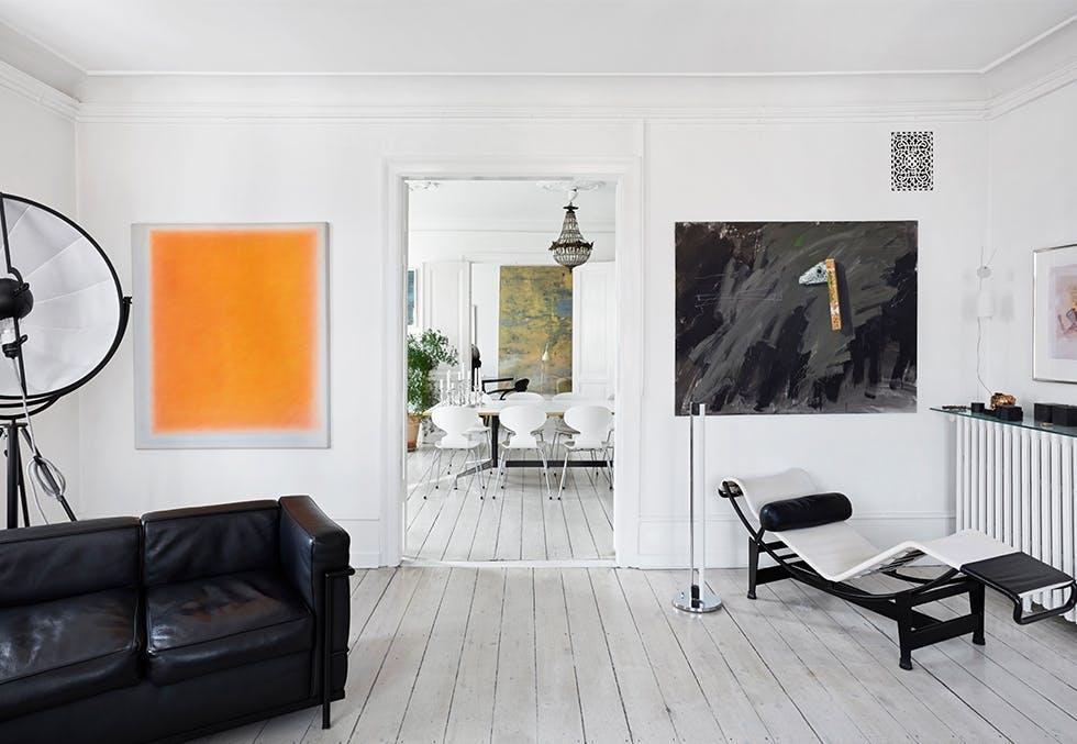 Lekker stue hos Bent Holstein, med interiør fra Le Corbusier, Arne Jacobsen, Eames og Mariano Fortunys fotolampe.