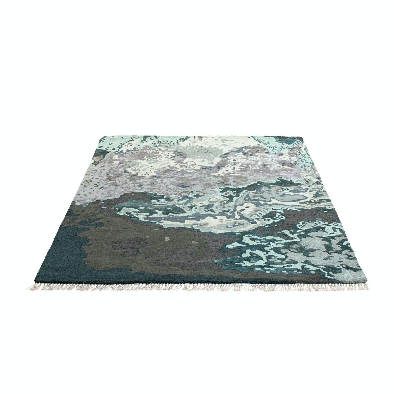 teppe med grå og turkis mønster