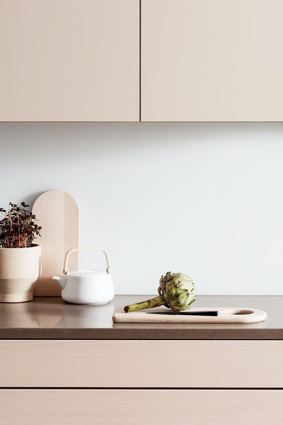Elegant og lyst kjøkken i ask