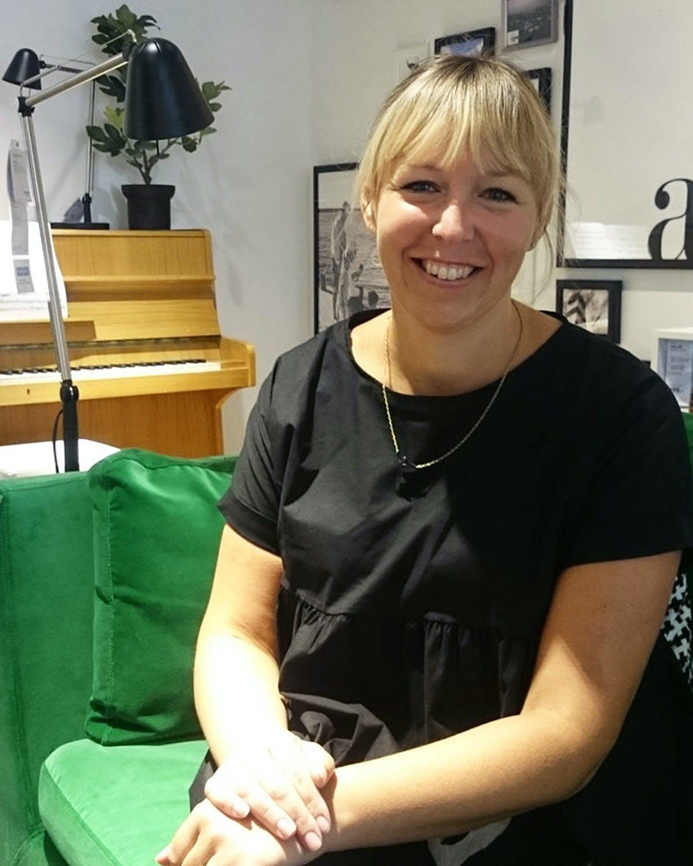 Sara Larsdotter Bendiksen er interiørdesigner og trendekspert hos Ikea. Her sitter hun i «Frogner»-leiligheten i Ikeas nye showroom på Skøyen.