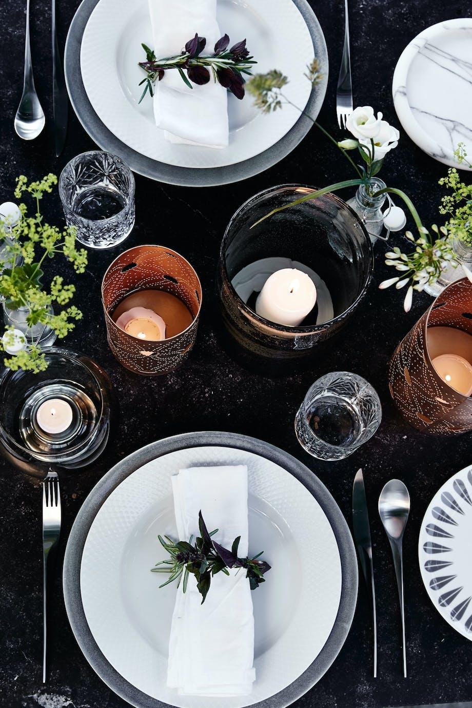 Lyst servise mot mørkt bord