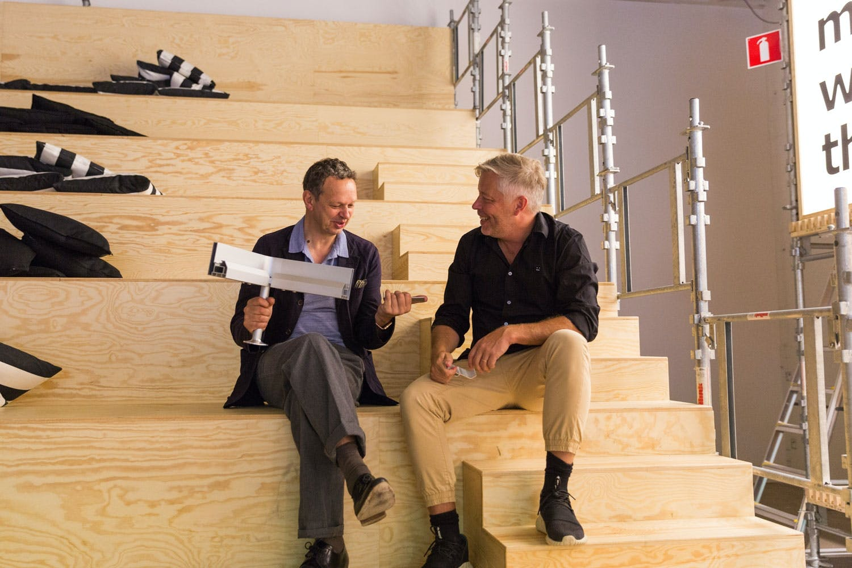 - Rommene i hjemmene våre flyter mer og mer over hverandre, og vi undersøker hva dette betyr både for designet og produksjonen av møbler, sier Marcus Engman, Ikeas designsjef.  Han mener Tom Dixon er en perfekt samarbeidspartner, siden han både er kjent for sitt prisbelønte design og har gode kunnskaper om produksjonsteknikker.   - Vi fokuserer i første omgang på sittemøbler. Vi har ambisjoner om å skape fleksible møbler for en moderne livsstil, sier Marcus Engman.