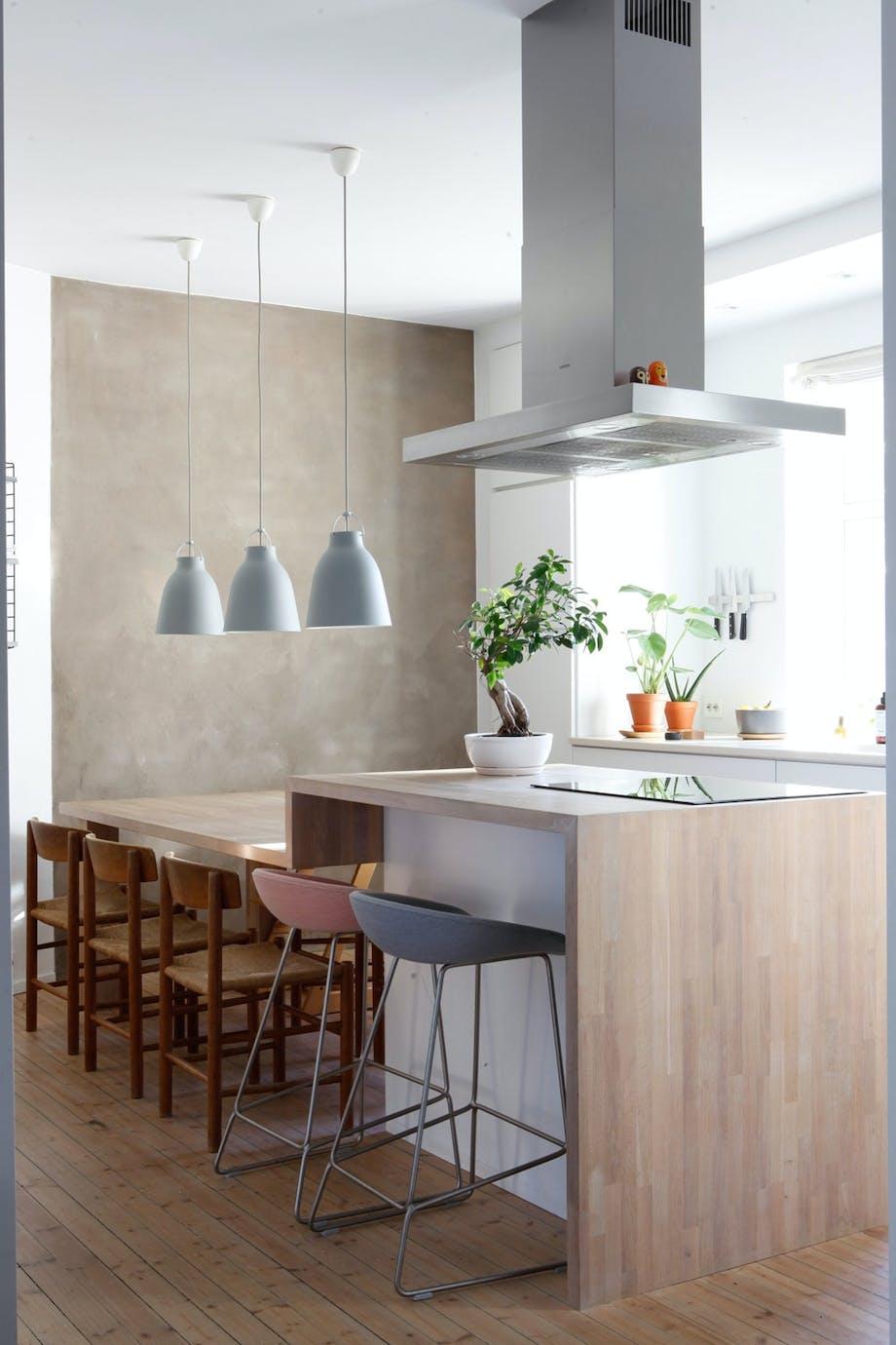Kjøkkenøy og spisebord i ett