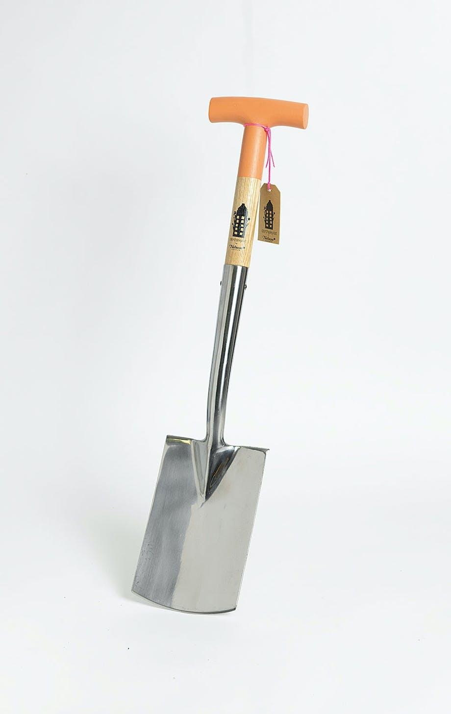 Hendig liten spade i ask og stål, Bellflower, fra Nelson Garden, 510 kr, urbangardencompany.dk.