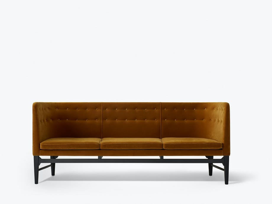 God som gull: Major Sofa ser fantastisk ut i gyllen fløyel. Design Arne Jacobsen og Flemming Lassen, 47 995 kr, &Tradition.