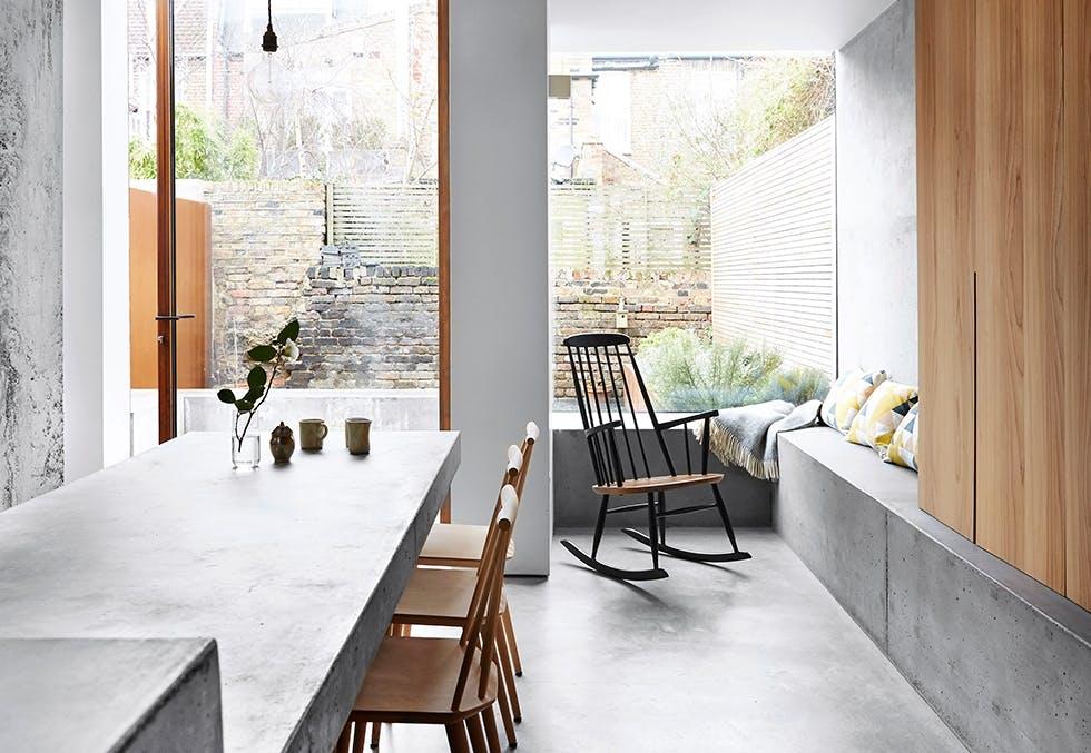 Moderne og lyst kjøkken i betong og tre