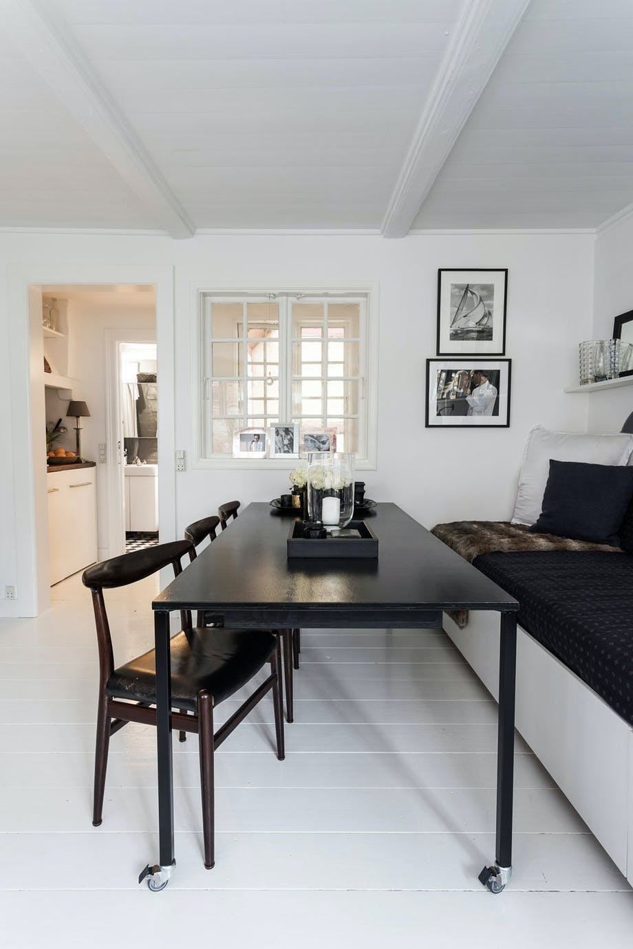 Spisebord og kjøkkenmoduler med hjul gir god plass når de rulles vekk.