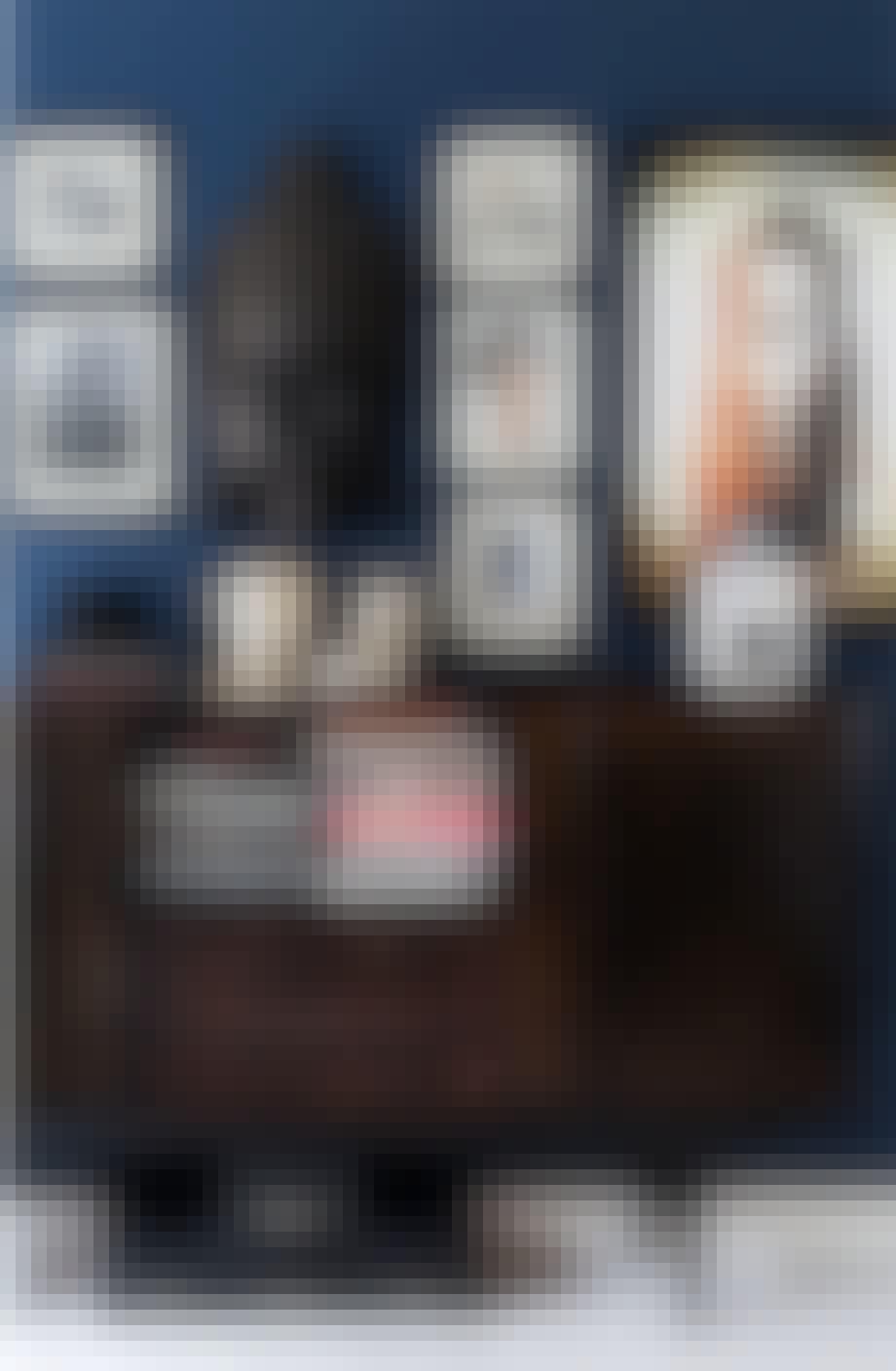 En mørkeblå vegg får bildene til å tre ekstra godt fram.