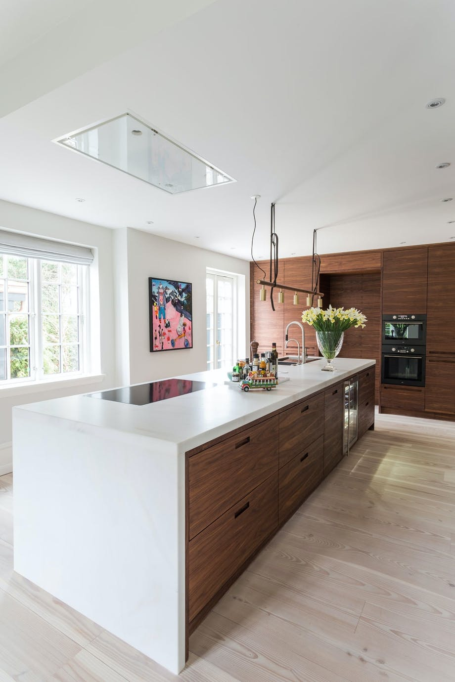 Plassbygd kjøkken i valnøtt og marmor.