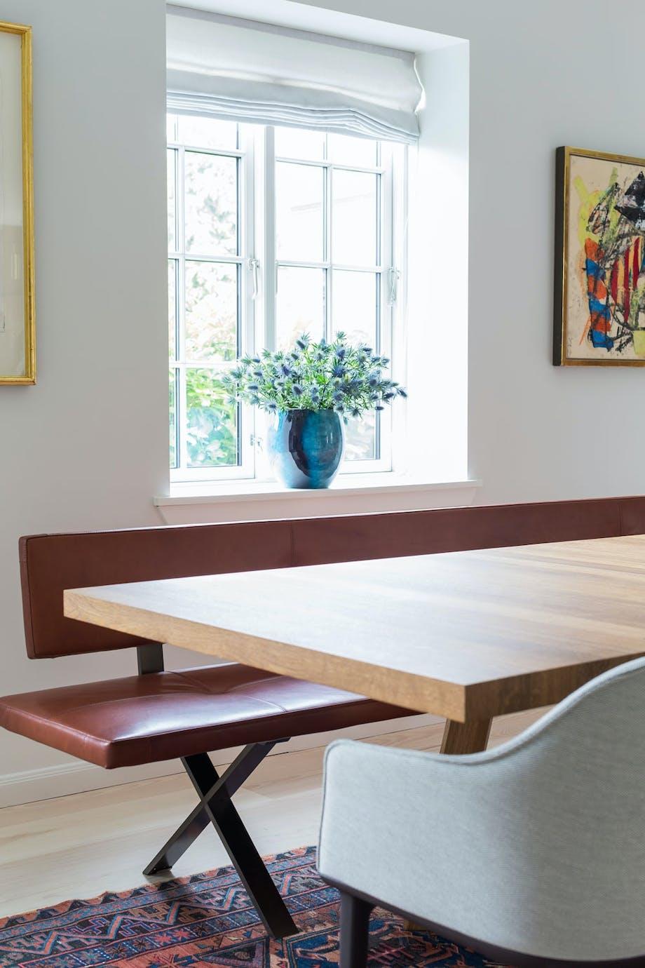 Tadeo spisebord, designet av EOOS for Walter Knoll. Softshell Chair fra Vitra, designet av Ronan og Erwan Bourollec. Skinnbenk fra Clic, Hamburg.