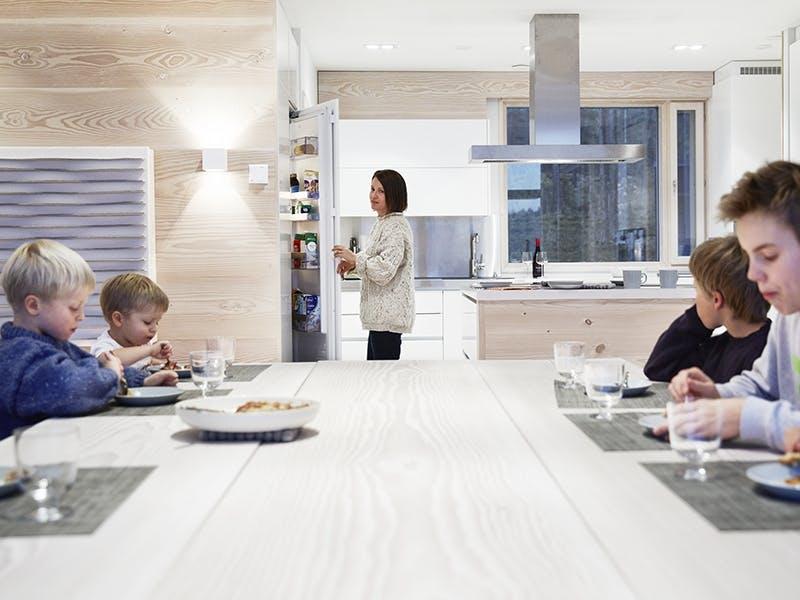 Familien samles rundt bordet