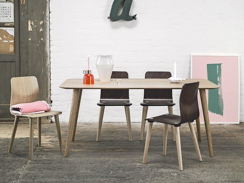 Spisebord og -stoler i tre