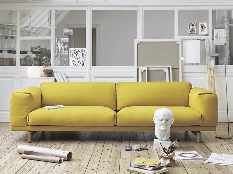 Solgul sofa skaper lun stemning