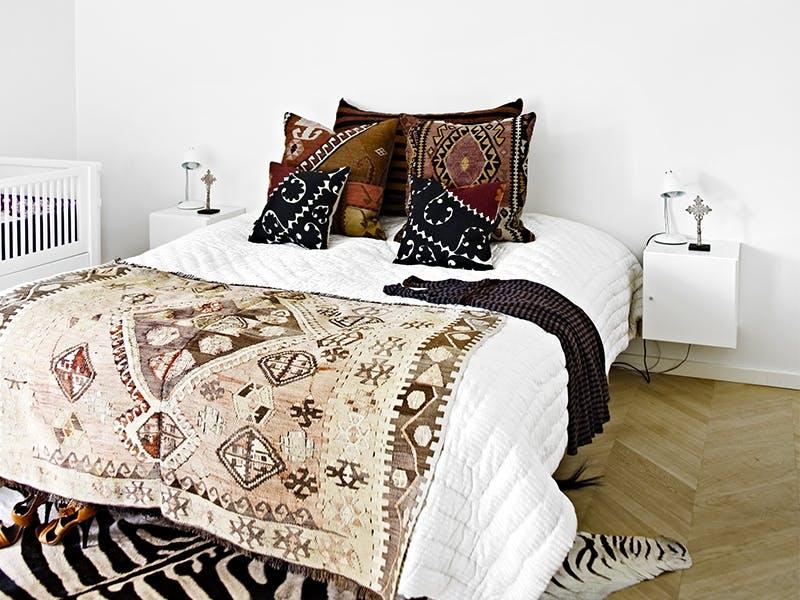 Stilige detaljer på sengen